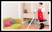 可能な範囲で家具を移動し、床を掃除機がけします。